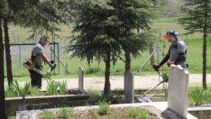 Büyükşehir'den mezarlıklara bakım