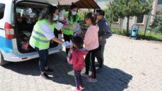 Odunpazarı Belediyesi bu bayramda şeker ve çikolataları çocukların kapısına götürdü